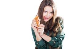 Attraktiv brunettkvinna som äter en giffel på isolerad bakgrund Royaltyfria Bilder