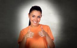 Attraktiv brunettkvinna som Ok säger arkivfoto