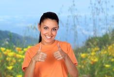 Attraktiv brunettkvinna som Ok säger i fältet arkivfoto