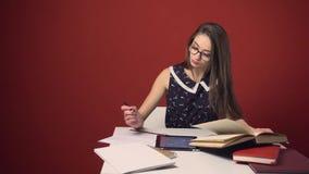 Attraktiv brunettstudent Girl Study Place stock video