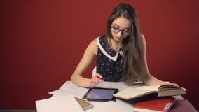 Attraktiv brunettstudent Girl Study Place lager videofilmer