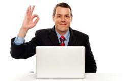Attraktiv businessperson som okay visar gest arkivbilder