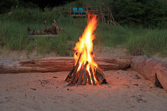attraktiv campfire Royaltyfri Bild