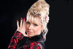 attraktiv coiffure spikar den röda kvinnan Royaltyfria Bilder