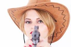 Attraktiv cowboykvinna som siktar ett vapen arkivfoto