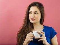 Attraktiv dam som dricker kaffe Arkivbilder