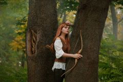 Attraktiv elven den Bogenschützen, der nicht bereit ist, ein Opfer mit einem hölzernen Bogenpfeil, einer Art und süßem Mädchen mi stockfotografie