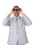 Attraktiv etnisk affärsman som använder kikare fotografering för bildbyråer