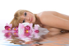 attraktiv fående brunnsortbehandlingkvinna Royaltyfri Bild