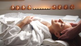 Attraktiv för hälerihuvud för ung kvinna massage på brunnsortmitten stock video