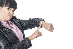 Attraktiv förargad kvinna som pekar till hennes klocka som, om hon var det Tid slöseriet Arkivfoton