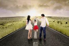 Attraktiv familj som spelar på vägen Arkivfoton