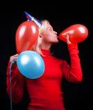 attraktiv fira ståendekvinna Royaltyfri Bild