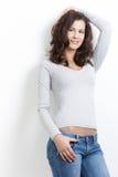 attraktiv flicka över posera white Royaltyfria Bilder