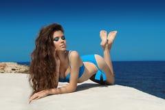 Attraktiv flicka i bikini på en yacht på sommardagen Bronzfärgat skida Royaltyfria Foton