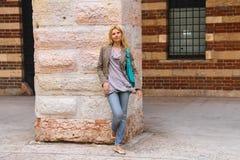 Attraktiv flicka i borggård den Palazzo dellaen Ragione Royaltyfria Bilder
