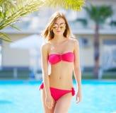 Attraktiv flicka i en bikini pöl royaltyfria bilder