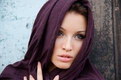 Attraktiv flicka i en sjalett Fotografering för Bildbyråer