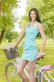 Attraktiv flicka med cykeln Arkivbilder