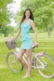 Attraktiv flicka med cykeln Royaltyfri Bild