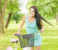 Attraktiv flicka med cykeln Arkivbild