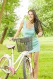 Attraktiv flicka med cykeln Royaltyfria Bilder