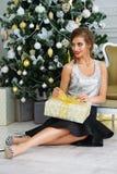 Attraktiv flicka med gåvan royaltyfri fotografi