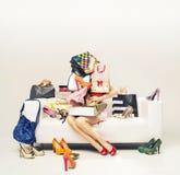 Attraktiv flicka med högen av skor Fotografering för Bildbyråer