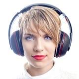 Attraktiv flicka med hörlurar Fotografering för Bildbyråer