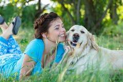 Attraktiv flicka med hunden arkivbilder