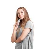 Attraktiv flicka med långa hårstag och som sött ler eautiful modell med ett perfekt leende som isoleras på en vit bakgrund Royaltyfria Foton