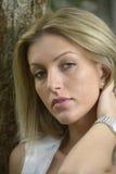 Attraktiv flicka med långt blont hår Royaltyfria Bilder
