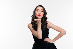 Attraktiv flicka med ljus makeup i retro stil som överför kyssen Royaltyfria Foton