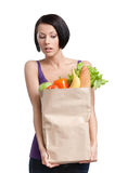 Attraktiv flicka med paketet av grönsaker arkivfoto