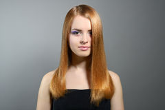 Attraktiv flicka med rakt hår Royaltyfria Foton
