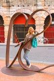 Attraktiv flicka nära skulptural sammansättning i Verona, Italien Arkivbild