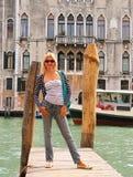 Attraktiv flicka på en bro i Venedig Arkivfoto