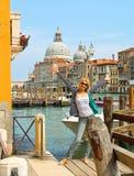 Attraktiv flicka på en bro i Venedig Fotografering för Bildbyråer