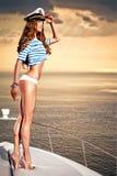 Attraktiv flicka på en yacht på sommardagen Fotografering för Bildbyråer