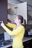 Attraktiv flicka på köket Royaltyfri Foto