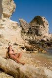 Attraktiv flicka på stranden Arkivfoto