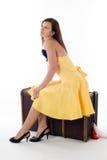 Attraktiv flicka på resväskan Royaltyfria Bilder