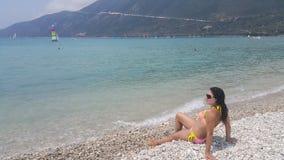 Attraktiv flicka på stranden Arkivbilder