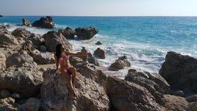 Attraktiv flicka på stranden Fotografering för Bildbyråer