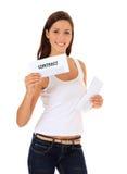 Attraktiv flicka som får avtalet via post Fotografering för Bildbyråer