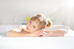 Attraktiv flicka som kopplar av i bad Arkivbild