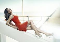 Attraktiv flicka som ligger och vilar Royaltyfri Bild
