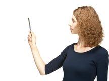 Attraktiv flicka som pekar på något arkivfoton