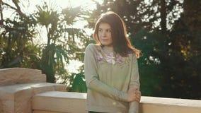 Attraktiv flicka som poserar på balkongen arkivfilmer