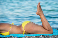 Attraktiv flicka som poserar på stranden Royaltyfria Bilder